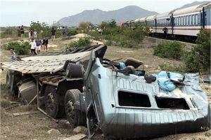 Tàu hỏa tông xe tải vỡ nát, 3 người bị thương