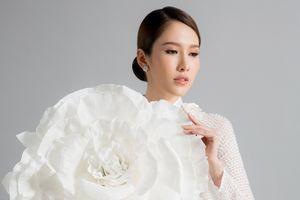 Hoa hậu Phan Thu Quyên khoe nét duyên dáng với áo dài Minh Châu