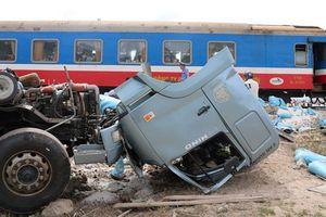 Ninh Thuận: Tàu hỏa tông xe tải, hai người bị thương nặng