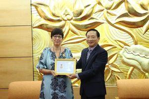 Trao Kỷ niệm chương tặng Đại sứ Vương quốc Bỉ nhân dịp kết thúc nhiệm kỳ công tác tại Việt Nam