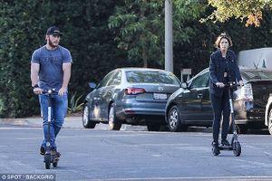 Chris Pratt và tình trẻ cười rạng rỡ, hào hứng lái xe scooter trên phố