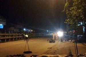 Hai thanh niên thương vong bí ẩn cạnh xe máy