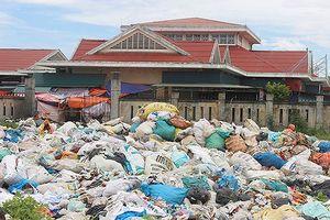 Người dân khốn khổ vì bãi tập kết rác quá tải gây ô nhiễm