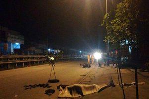 Hà Nội: Phát hiện 2 thanh niên nằm bất động gần chiếc xe máy bên đường
