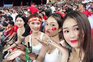 Dàn hot girl đến sân cổ vũ U23 Việt Nam chờ người quay hình cho lên sóng VTV?