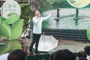 Ca sĩ Tùng Dương hát dưới mưa gửi tặng các em nhỏ khiến ai cũng xúc động