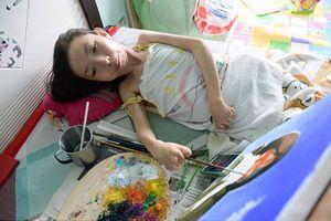 Nghị lực sống phi thường của người phụ nữ nằm liệt giường suốt 32 năm