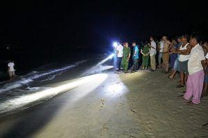 Quảng Ngãi: Rủ nhau đi tắm biển, 5 người bị sóng cuốn