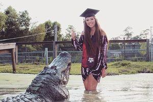 Nữ sinh chụp ảnh tốt nghiệp cùng... cá sấu khổng lồ