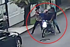 Hai tên cướp xấu số chưa kịp hành nghề đã bị 'con mồi' hành hung