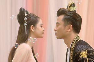 Trương Quỳnh Anh bị cản 'hôn' trai lạ trong teaser MV cổ trang mới
