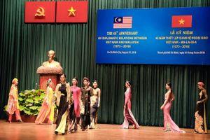 Bộ sưu tập Hoa Batik, hơi thở văn hóa thời trang Việt Nam và Malaysia