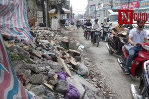 Rác thải 'bủa vây' dự án thi công vành đai 2 trên đường Trường Chinh