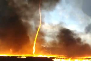 Rùng rợn cơn lốc lửa cao 15 mét xé toang bầu trời Anh