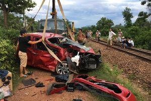Tàu hỏa đâm ôtô nát bét, tài xế tử vong