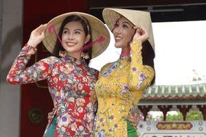Ngắm vẻ đẹp thướt tha của các hoa hậu thế giới trong tà áo dài quảng bá du lịch Việt Nam