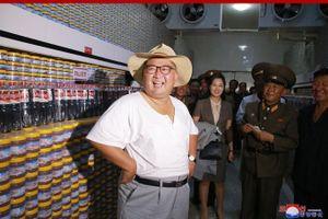 Trời quá nóng, ông Kim Jong-un vận trang phục mới lạ