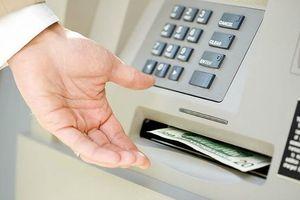 Rút tiền mặt bằng thẻ quốc tế tại ATM ở nước có mất phí?