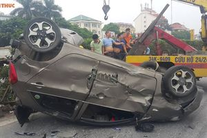 Hiện trường tai nạn container tông ô tô 'bẹp dúm' lật ngửa