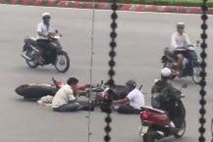 Hai tài xế ngồi trên đường 'tâm sự' sau va chạm giao thông