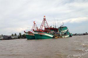 Một tàu cá bị sóng biển đánh chìm, 4 ngư dân may mắn được cứu
