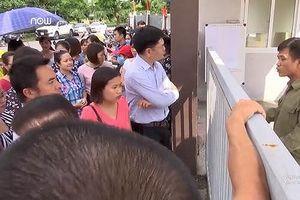 Vừa nhập học, cả trăm học sinh nhận thông báo chuyển trường mới