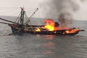 Cứu an toàn 7 thuyền viên tàu cá bị cháy trên biển