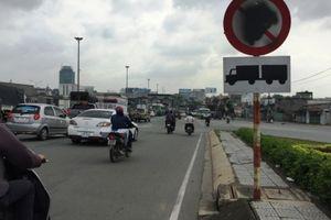Biển báo trên cầu Đồng Nai bị bôi xóa làm khó người đi đường