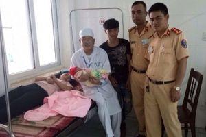 CSGT giúp sản phụ đẻ rơi bên đường đến bệnh viện an toàn