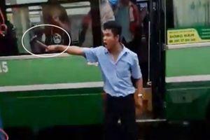 Tài xế xe buýt cầm búa đòi 'hơn thua' với đồng nghiệp giữa đường