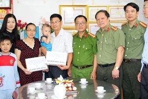 Thăm hỏi, tặng quà cho gia đình CBCS có con em bị khiếm khuyết