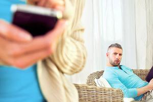 Hứng trận lôi đình của chồng vì 'thả thính' qua tin nhắn facebook