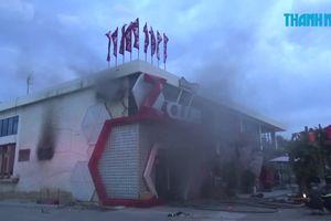 Khói đen mù mịt vì cháy vũ trường bên bờ biển Nha Trang