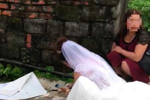 Cô dâu 'thực dụng nhất vịnh Bắc Bộ' đếm tiền mừng giữa đám cưới