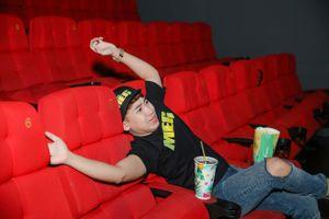 50 sắc thái của Huy Cung khi xem 'Cá mập siêu bạo chúa' ở rạp phim 3 màn hình