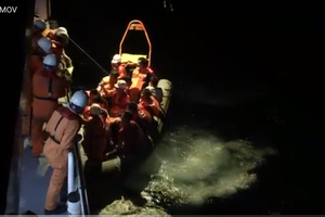 Cứu sống toàn bộ 11 thuyền viên tàu Hải Hà 38 bị chìm trong điều kiện thời tiết ảnh hưởng ATNĐ
