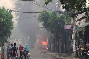 Cháy lớn ở bãi giữ xe gần sân bay Tân Sơn Nhất, 3 ô tô bị thiêu trụi