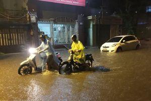 Mưa lớn cuối ngày khiến nhiều tuyến đường tại Hà Nội ngập úng cục bộ
