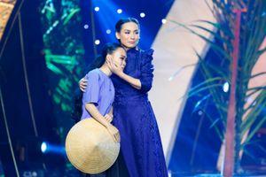 Ca sĩ Phi Nhung bật khóc trên sân khấu Sol Vàng