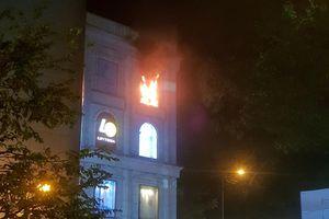 Cháy trung tâm thương mại giữa Sài Gòn, nhiều người tháo chạy trong đêm