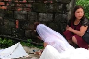 Mặc quan viên hai họ ăn cỗ, cô dâu ngồi vệ đường miệt mài đếm tiền mừng