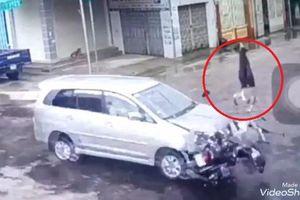 Clip: Xe máy phóng điên cuồng, đâm vào đầu ô tô giữa ngã tư