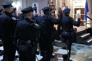 Cảnh sát bị đình chỉ vì nói sẽ được trả thêm tiền nếu bắn người