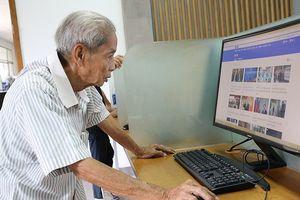 Cụ ông gần 80 tuổi miệt mài học tiếng Anh