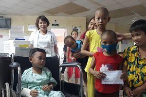 2 cháu bé sống sót vụ tai nạn 13 người chết: Tặng trăm triệu cho bệnh nhi nghèo