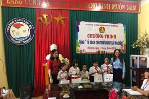 Nhà sách Tiền Phong trao tặng 'Tủ sách cho thiếu nhi Thái Nguyên'