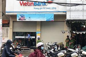 Nam thanh niên cầm dao xông vào ngân hàng ở Sài Gòn