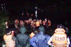 Thanh Hóa: Xe máy kẹp 4 lao xuống sông, 2 người tử vong