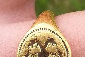 Tìm thấy vật lạ, tưởng lẫy nắp Coca bỏ đi ai ngờ là nhẫn vàng 500 tuổi