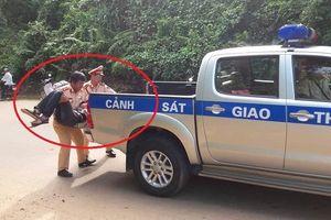 Nam thanh niên bị nạn ven đường được CSGT đưa đi cấp cứu